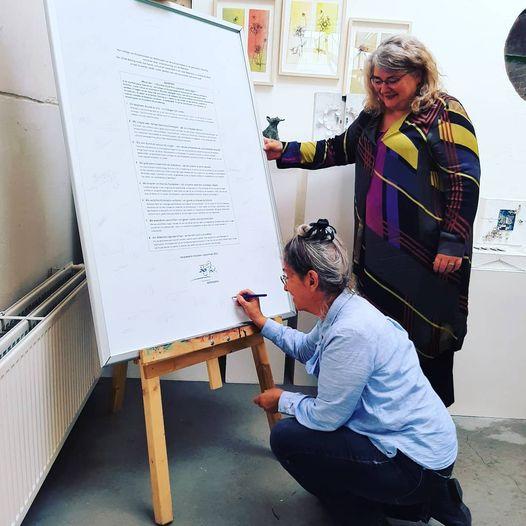 Elly Waterman, bestuurslid van KUNSTaandenRIJN, ondertrekent het cultureel manifest.